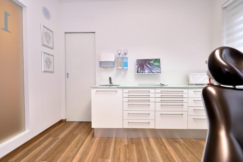 Zahnarzt Ordination DDr. Sabine Pfaffeneder-Mantai in Wr. Neustadt - Behandlungsraum Nr. 1 - 1