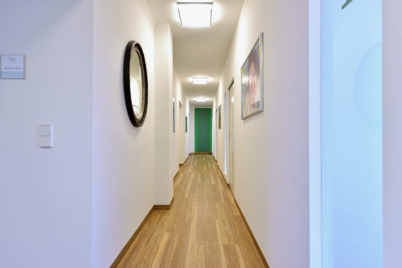 Zahnarzt Ordination DDr. Sabine Pfaffeneder-Mantai in Wr. Neustadt - Gang zu den Behandlungsräumen - 1