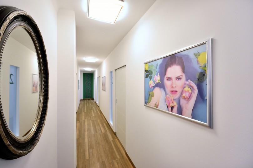 Zahnarzt Ordination DDr. Sabine Pfaffeneder-Mantai in Wr. Neustadt - Gang zu den Behandlungsräumen - 2